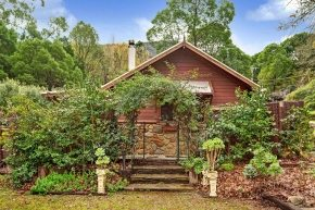 The Rose Cottage, Yarra Valley Accommodation, Romantic with outdoor Spa & Fireplace inside